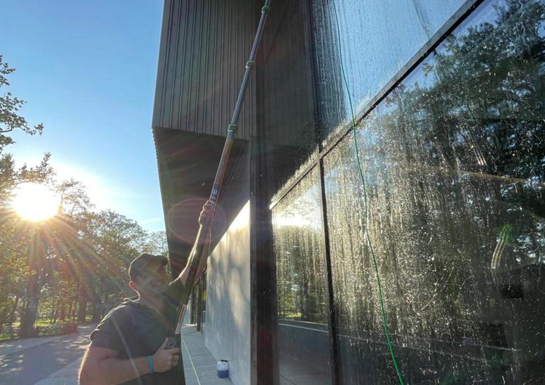 Glasfassadenreinigung: Unser Reinigungschef Richard Daukhsts lässt es sich nicht nehmen und reinigt die Glasfassade selbst.