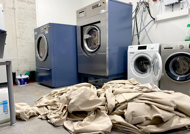 Waschteam: Unser Waschteam hat heute voll zu tun und die Maschinen laufen heiß.