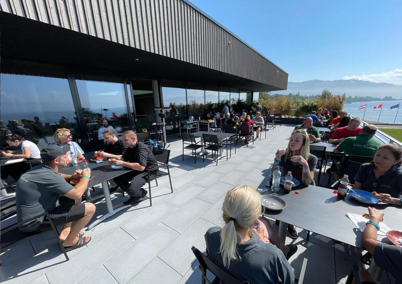 Die viele Arbeit macht hungrig. Gemeinsames Mitarbeiteressen auf der Terrasse.